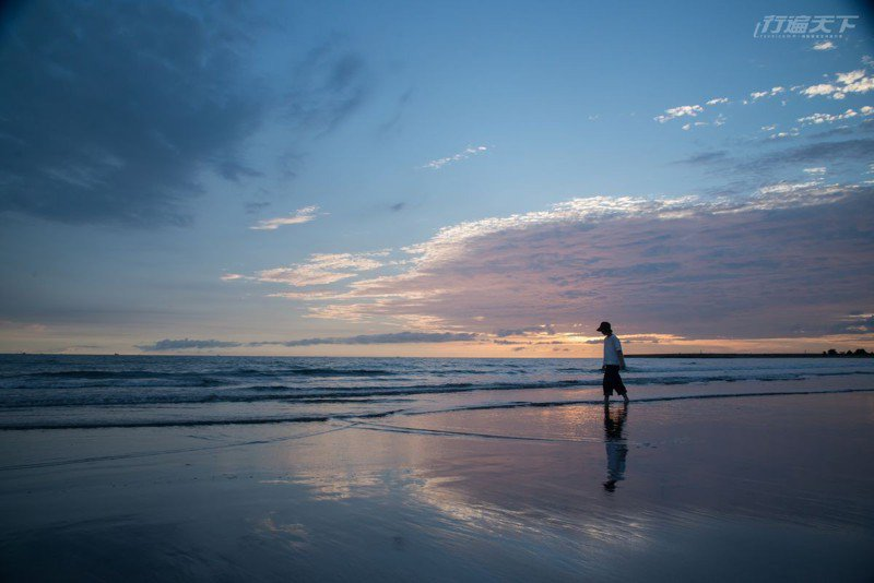 被稱為台南版的天空之鏡,漫步黃昏月牙灣呈現最美倒影。