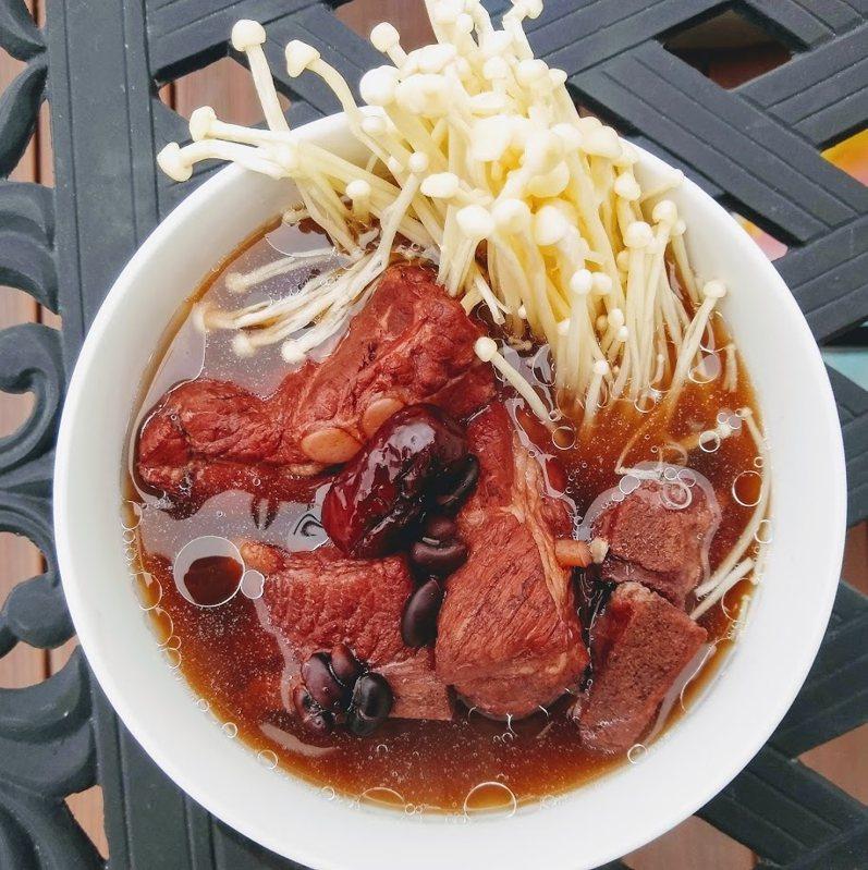 圖文:美國番媽/食譜/【營養滿分】黑豆排骨湯
