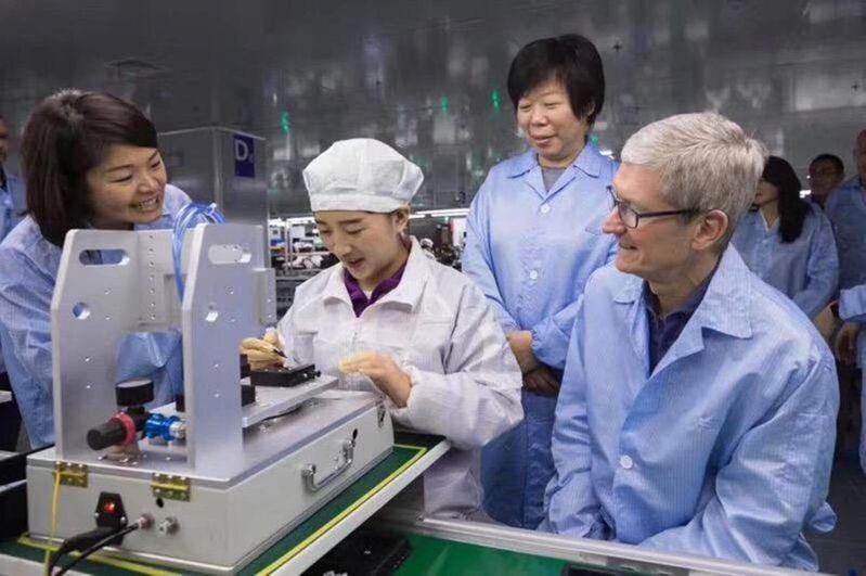 2017年,蘋果執行長庫克參觀立訊崑山廠,當著立訊董事長王來春(右2)的面稱讚立訊是「超一流工廠」。 (取自立訊精密官網)