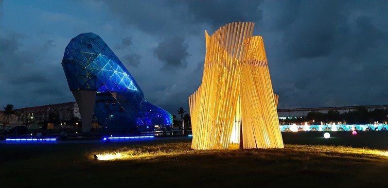 雲嘉南濱海國家風景區管理處周末晚間在高跟鞋教堂,舉行「追光逐影」藝術季開幕,藝術家及工作人員忙著佈置裝置藝術作品,測試點燈,夜晚綻放絢麗夢幻光影,愈夜愈美麗。圖/布袋服務中心提供