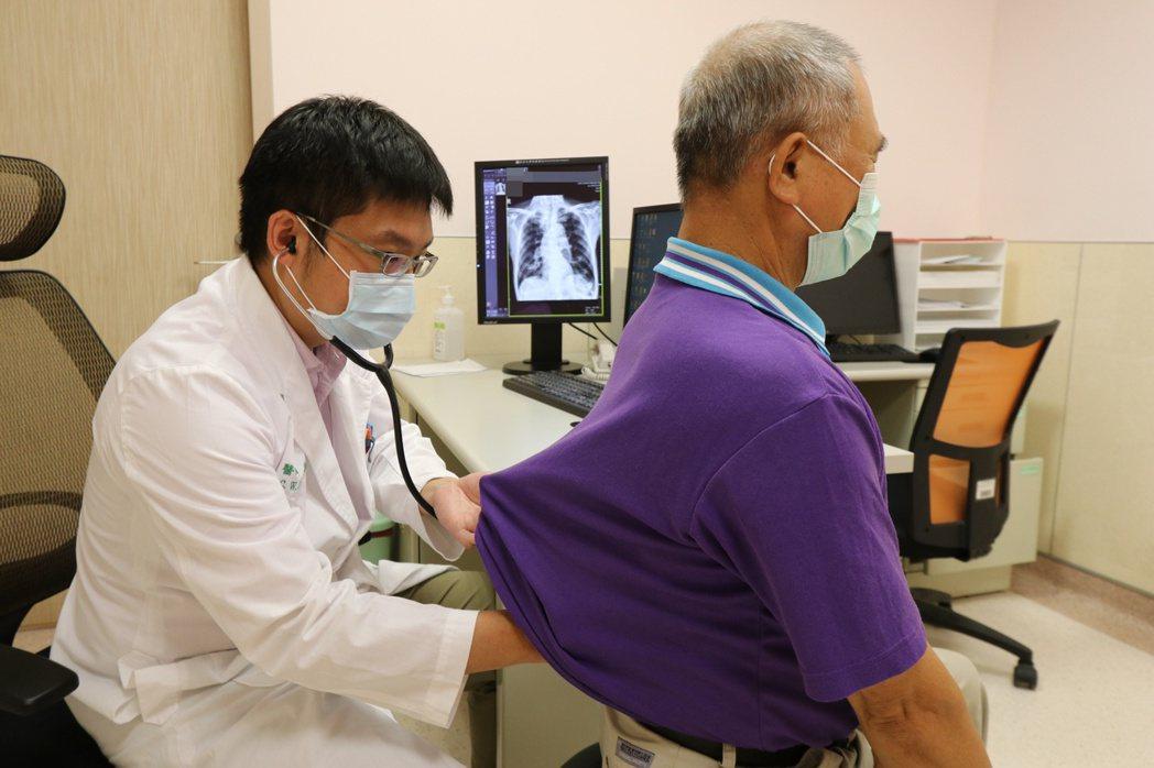 醫師郭家維(左)提醒,肺阻塞患者若能配合長期治療、控制和追蹤,有助穩定控制病情,...