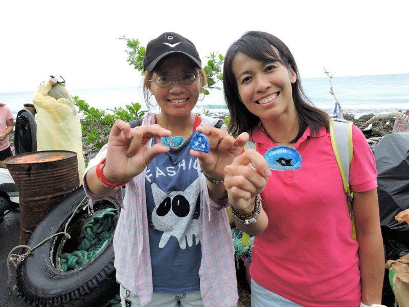 屏東小琉球推出結合海灘貨幣的愛龜淨灘接力活動今年邁入第4年,參與者可用垃圾換取島內限定的海灘貨幣。圖/海湧工作室提供
