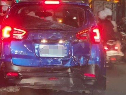 陳男駕駛的租賃車受損嚴重。記者柯毓庭/翻攝自「我是新莊人許明偉」