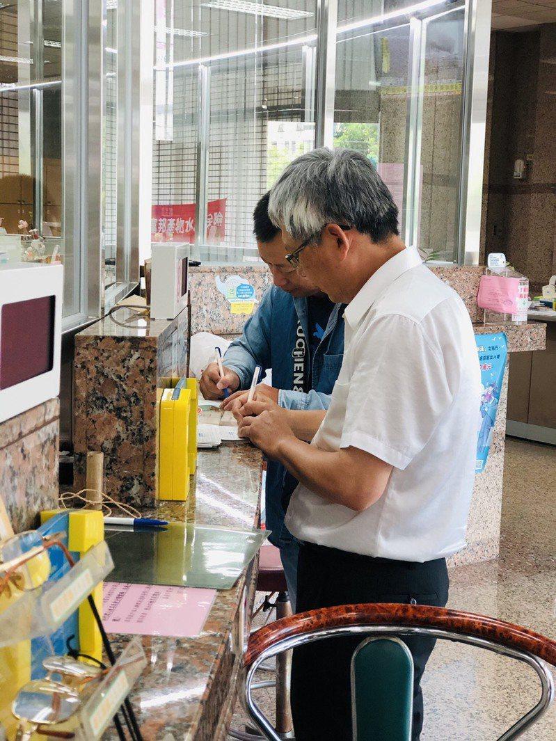 嘉義市農會上午有一家彩券商來存入三倍卷9萬9200元。圖/嘉義市農會提供
