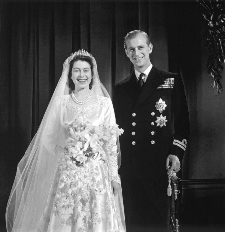英國女王結婚當天的照片,配戴瑪麗皇后的流蘇冠冕。圖/Royal Collecti...