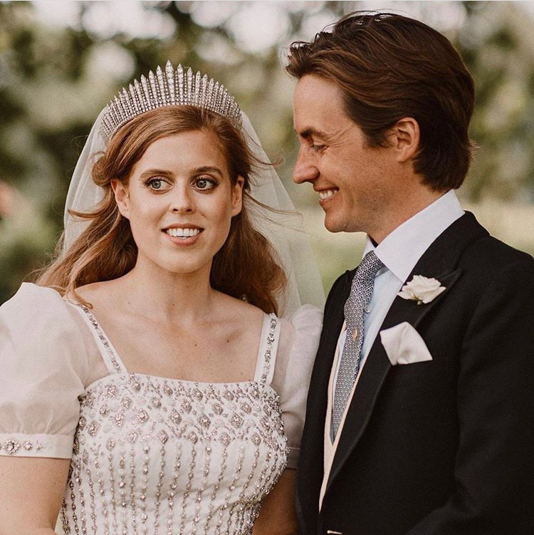 英國王室發布碧翠絲公主婚禮照片,她配戴英國女王結婚時配戴的同一款流蘇冠冕。圖/取...