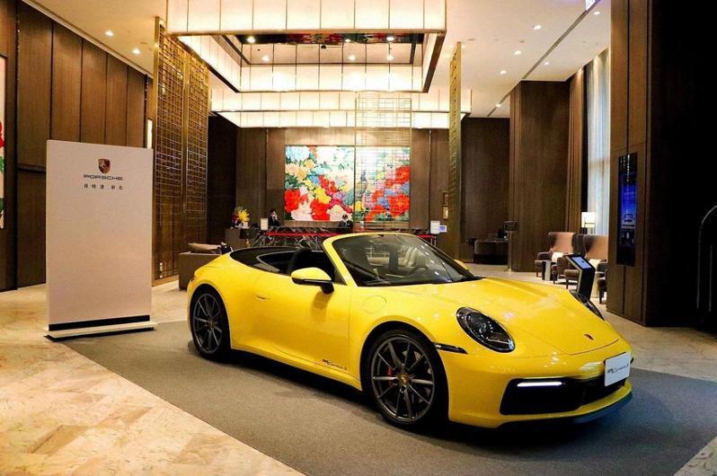 板橋凱撒大飯店大廳打卡展示車。圖/板橋凱撒大飯店提供