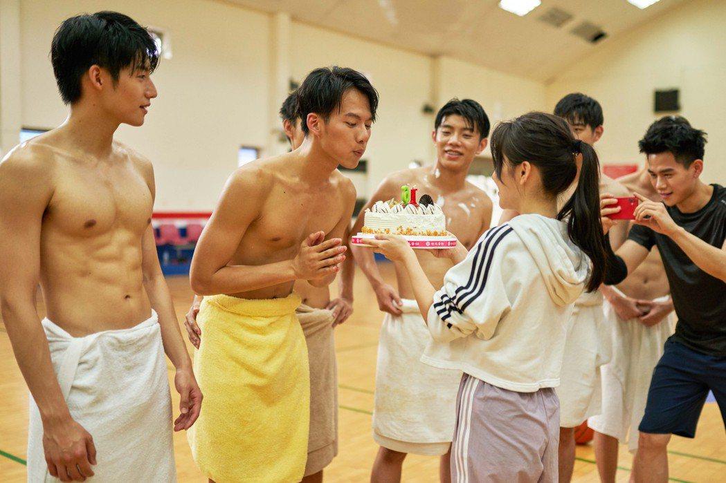 蔡瑞雪(右起)在戲中捧蛋糕為吳念軒慶生,旁為劉育仁。圖/七十六号原子提供