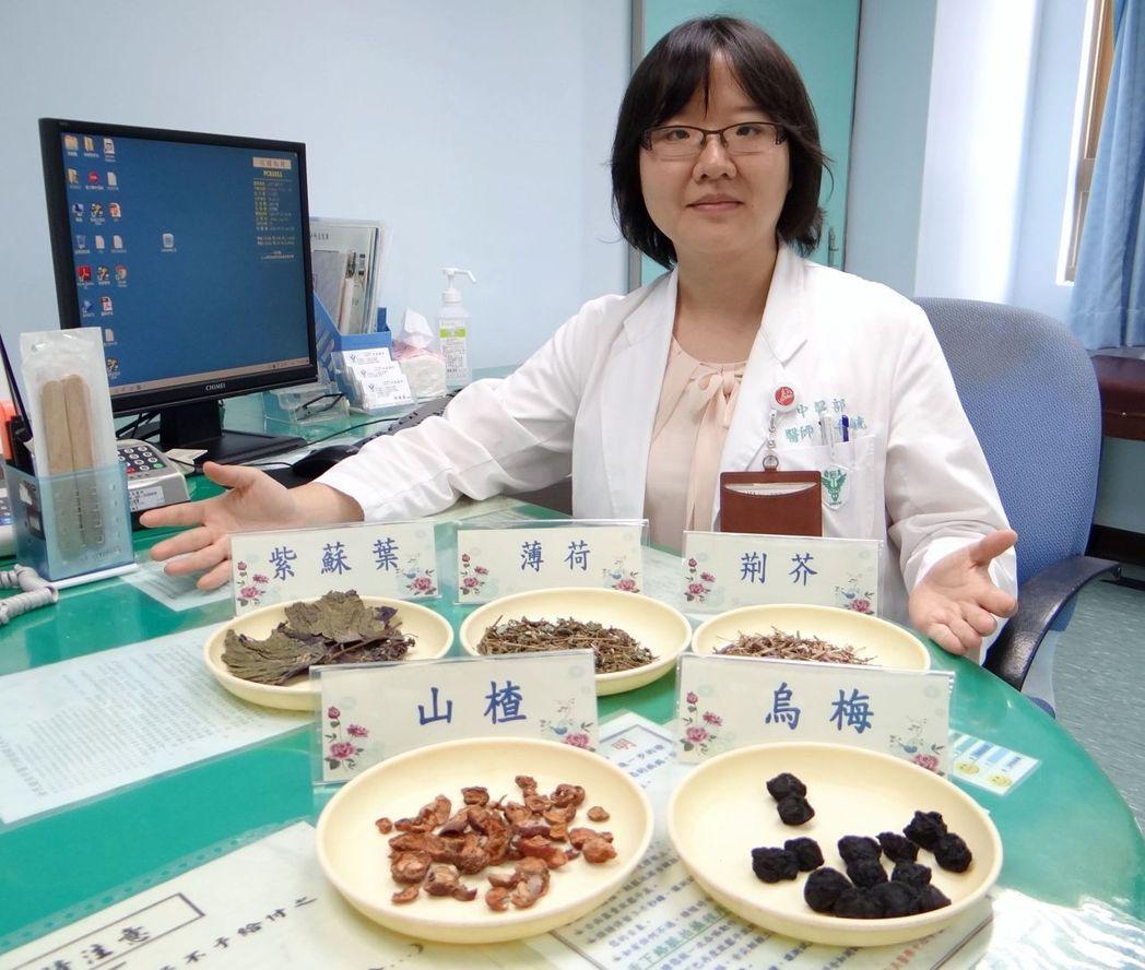 奇美醫學中心中醫部總醫師黃千毓表示,預防「冷氣病」,可以食材、茶飲加穴位按摩降低...