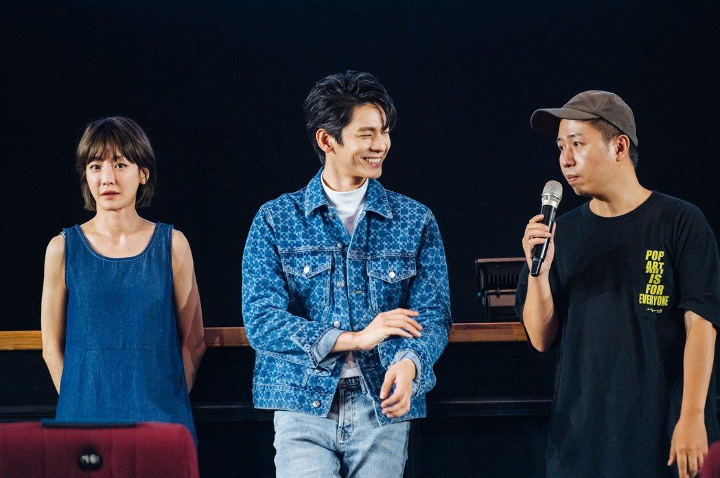 林柏宏(中)、謝欣穎(左)驚喜突擊學生試片。圖/牽猴子提供