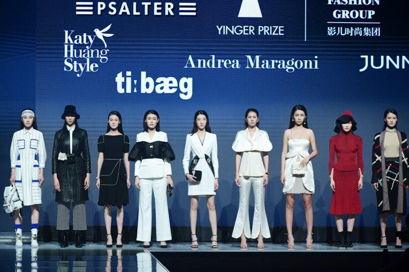 圖為7月4日開幕的2020時尚深圳展一場品牌服裝秀。中新社
