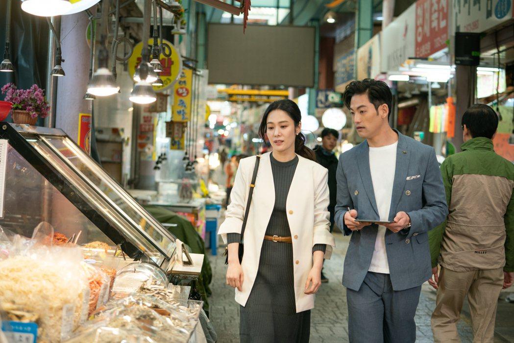 金賢珠(左)演出「我們相遇的奇蹟」一場超市工作戲,遇到暖心主管約瑟夫李。圖/緯來...