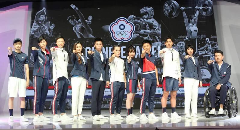 東京奧運中華隊國手為代表團進場制服、團服進行走秀展示。記者侯永全/攝影