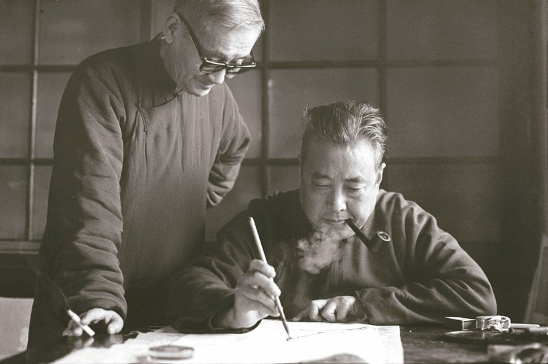 臺靜農先生(右)與莊嚴先生,1969年或1970年。(圖/莊靈攝影,池上穀倉藝術館提供)