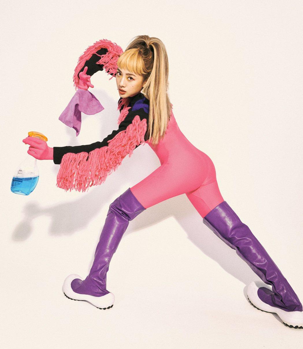 鬼鬼為新單曲「GO」化身「時尚么怪」,把打掃變時尚自爆「女僕命」。圖/愛貝克思提