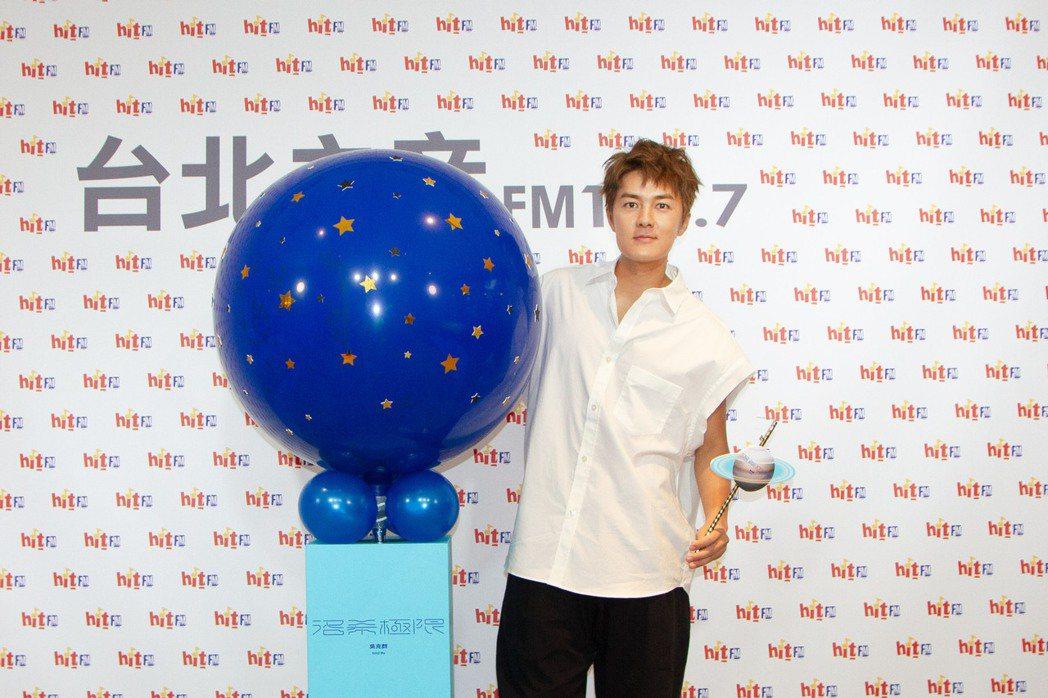 吳克群爆破「洛希極限」氣球,鼓舞大家勇敢追愛。圖/Hit Fm聯播網提供
