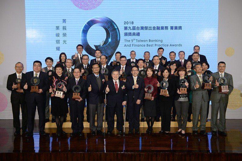 第9屆菁業獎頒獎典禮合影。業者/提供
