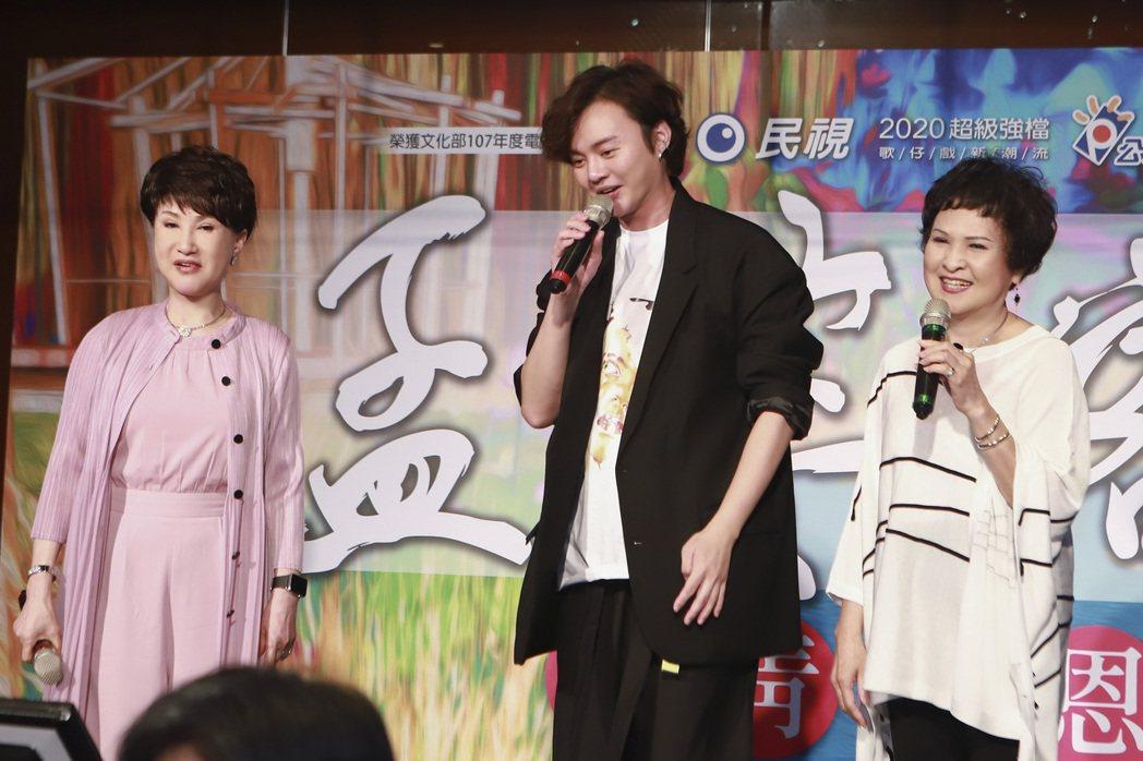 王金櫻(右起)、許富凱、小咪出席「孟婆客棧」殺青宴,台上3人大唱「雙人枕頭」。圖...