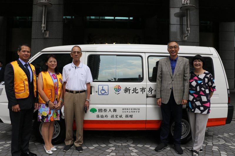 張愉羚(左二)由父親張文國(左三)和丈夫孫宏斌(左一)陪同捐出復康巴士,副市長謝政達(右二)、社會局長張錦麗(右一)代表受贈。記者施鴻基/攝影