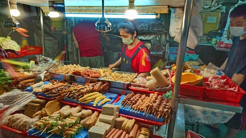 南投縣魚池鄉麗鳳鹹酥雞是日月潭遊客口中的必巡小吃,老闆娘常生意忙到不太搭理人。記者黑中亮/攝影