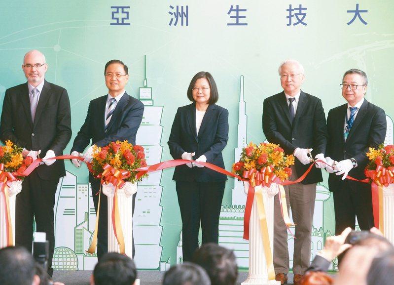 蔡總統(左三)昨天出席亞洲生技大會開幕典禮,和大會主席李鍾熙(左二)及科技部長吳政忠(右二)共同剪綵。記者曾吉松/攝影
