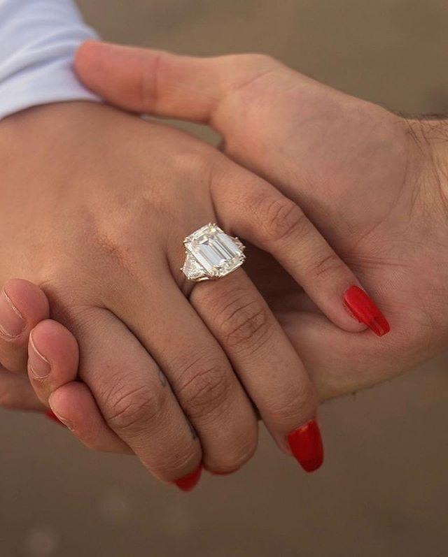 黛咪洛瓦托秀出訂婚戒。圖/摘自Instagram