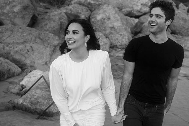 黛咪洛瓦托(左)和麥斯艾瑞克宣告訂婚。圖/摘自Instagram