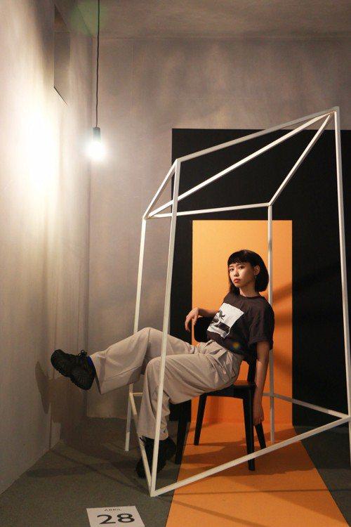 新實力唱將李芷婷發片壓力大,日前到「西班牙奇幻攝影大師尤傑尼歐特展」觀展紓壓。圖/聯合數位文創提供