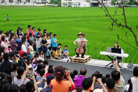 張正傑(中)於宜蘭冬山鄉稻田「快閃」演出。 圖/台北市文化局提供