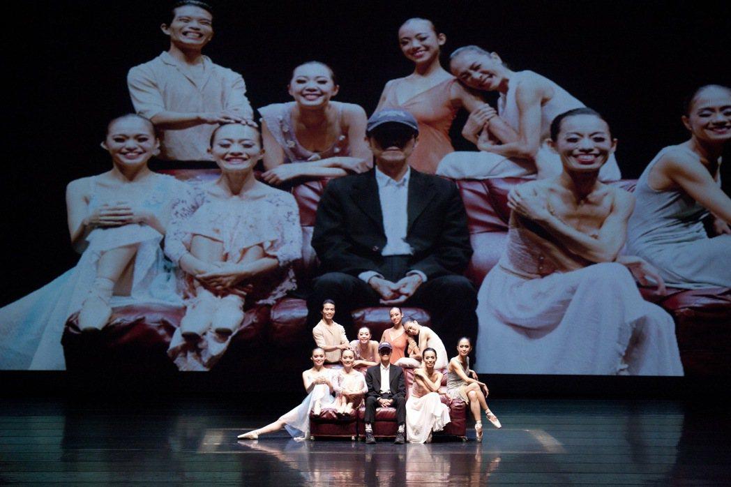 團長徐進豐(中)帶領台北首督芭蕾舞團演出《芭蕾景緻》。 圖/台北市文化局提供