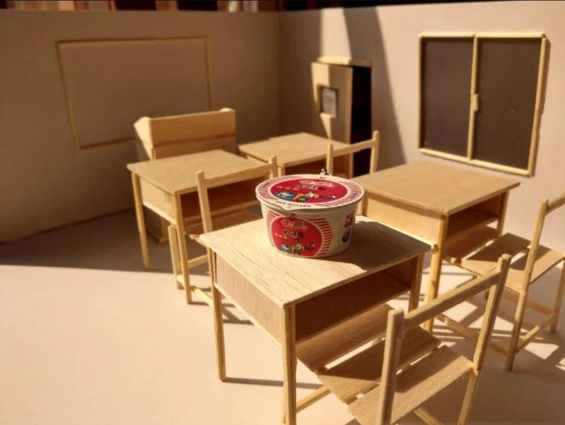 女網友相當用心,用光影營造出放學時分「夕陽西下」吃泡麵的感覺。 圖片來源/Dcard