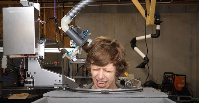 受疫情影響無法到髮型屋,YouTuber Shane在其頻道推出新發明,自家研發「剪髮機械人」,替他理髮。圖擷自Youtube「 Stuff Made Here」