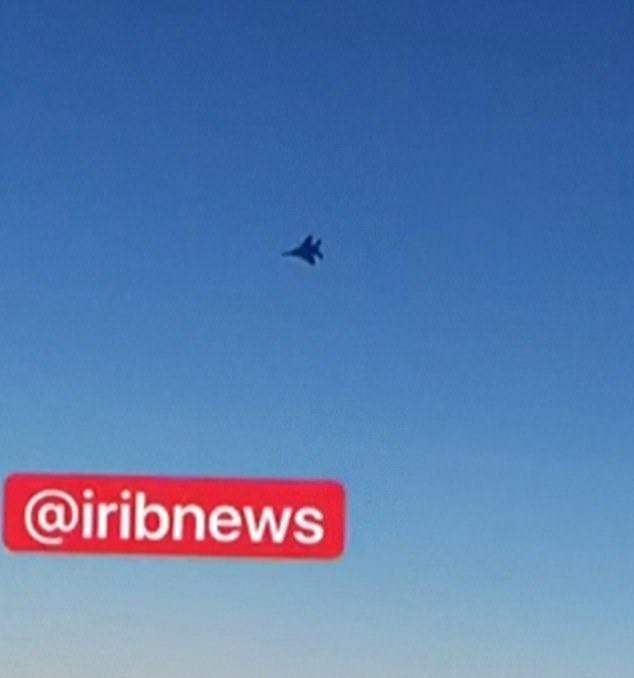 戰鬥機逼近伊朗班機令乘客驚慌失措。圖擷自Daily News