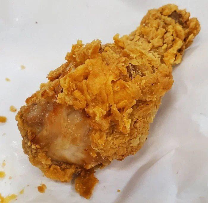 一名網友和家人到速食店用餐,卻發現點的炸雞沒熟,反映後店員竟將咬過的雞腿丟回油鍋重炸,讓這名網友不能接受。 圖/翻攝自Dcard
