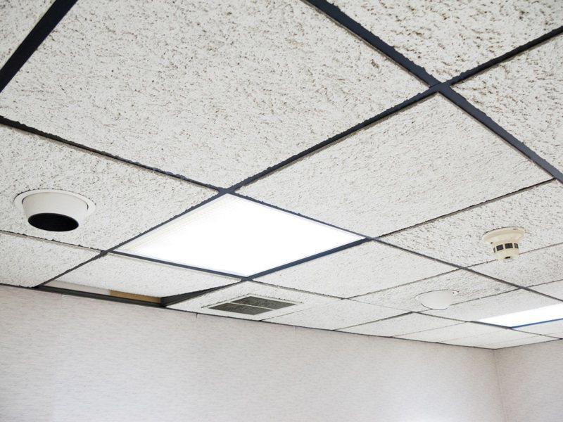 原PO懷疑有人躲在家中天花板內。圖片來源/ingimage