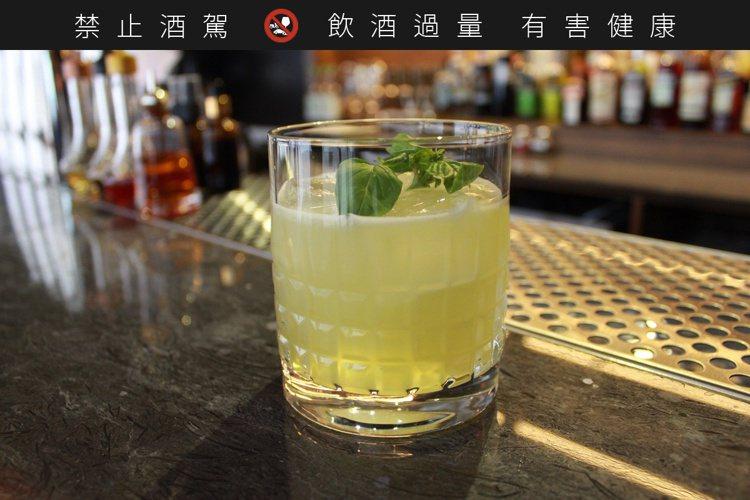 *Gin Basil Smash:琴酒和羅勒葉結合出一種芭樂的澀香味。(圖/徐楨...
