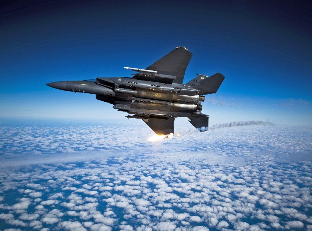 伊朗政府23日譴責指控美國空軍的2架F-15戰鬥機,周四傍晚在「敘利亞東南領空」...