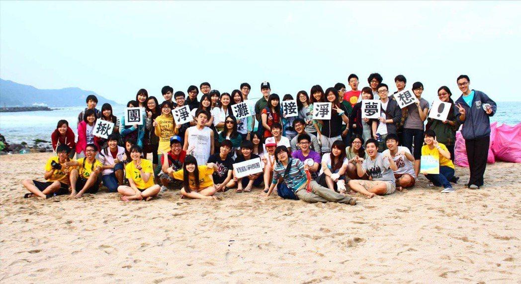 八年前,一場由政府舉辦的競賽,讓還是師大生科系學生的林藝,誤打誤撞跨入淨灘世界,...