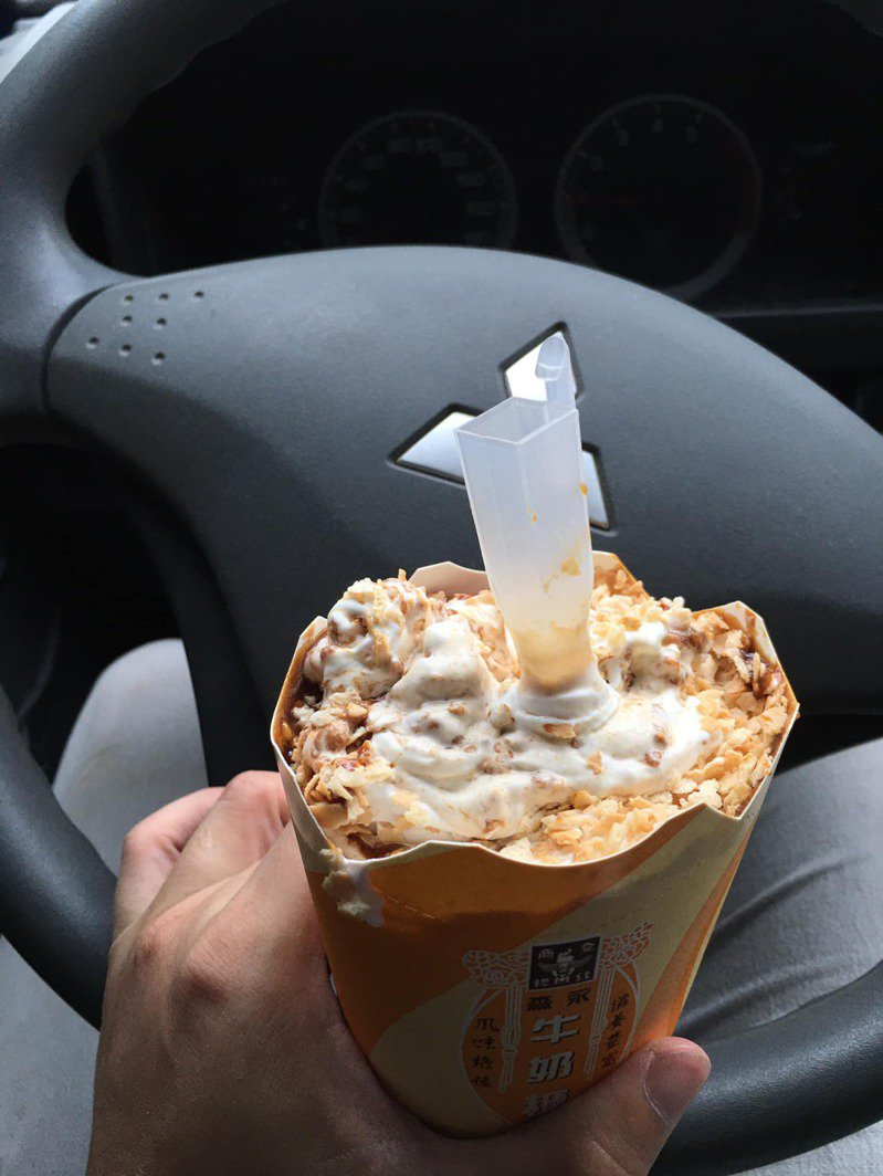 一名網友到麥當勞用甜心卡買冰炫風送蛋捲冰淇淋,他將兩者加在一起,滿到快要溢出杯子,也讓其他人看了直呼這招聰明。 圖/翻攝自「爆廢公社」