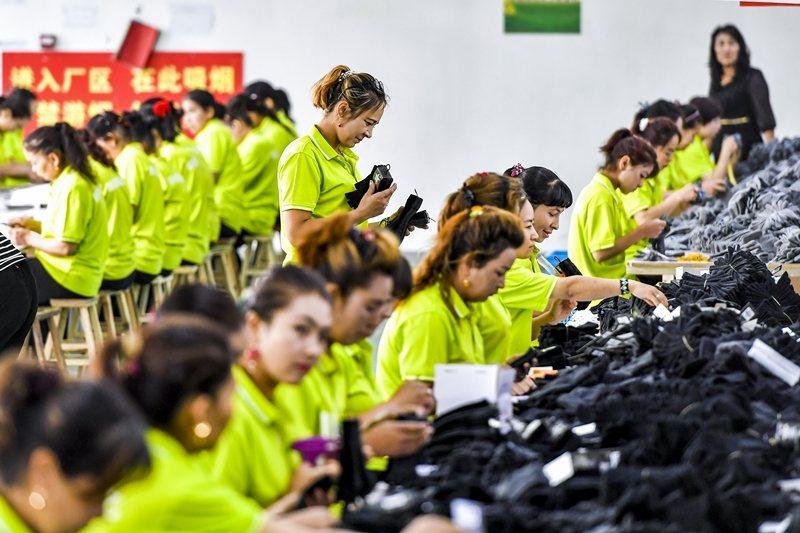 美國政府與國際輿論持續警告知名服飾精品應中止與新疆供應鏈之聯繫。 圖/中新社