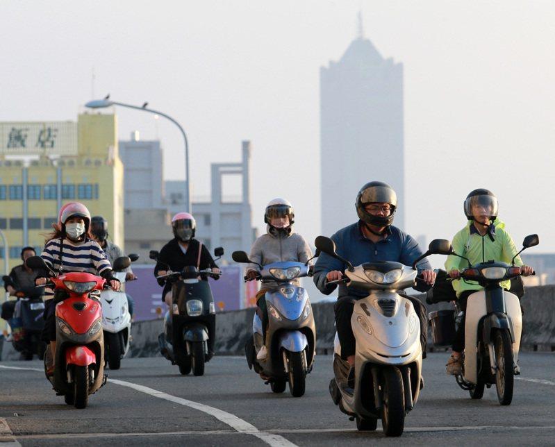 圖為高雄民眾騎車上橋,後面是地標85大樓。聯合報系資料照/記者劉學聖攝影