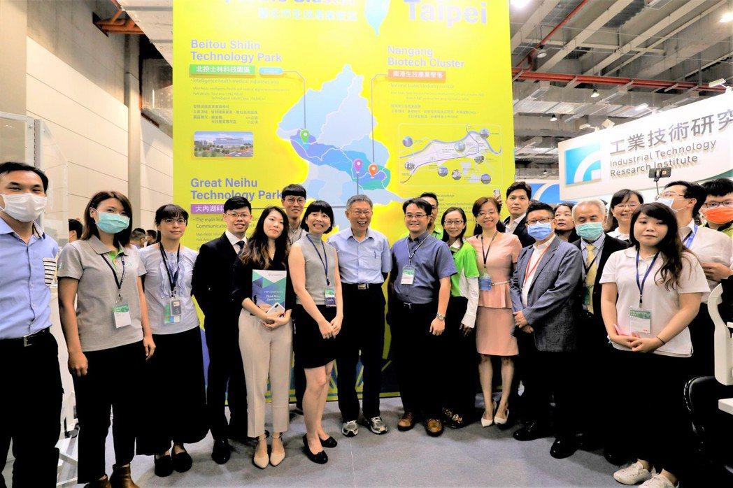 市長與臺北生技館參展廠商合影。