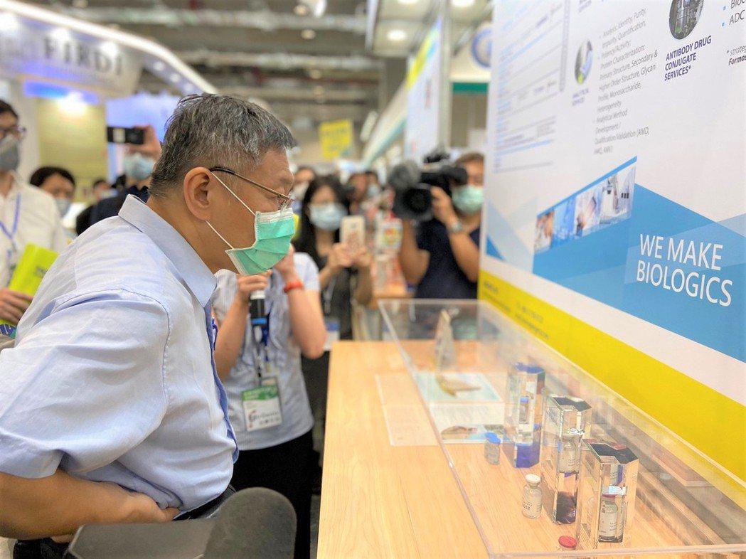 市長到臺北生技館現場,參觀台康生技新藥研發成果。