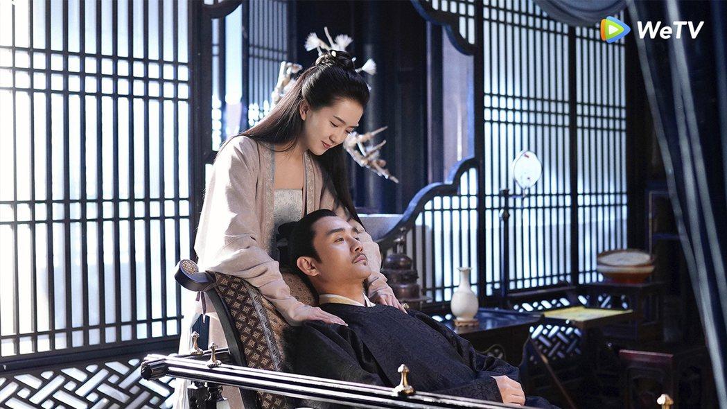王凱(右)笑稱在「清平樂」中有眾多妃子伺候。圖/WeTV提供