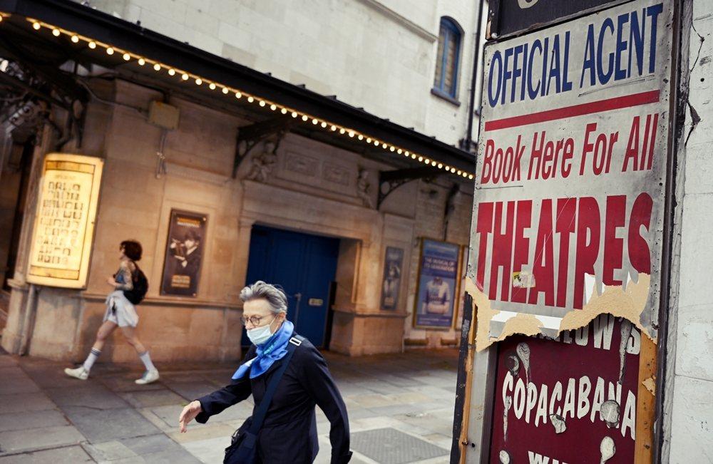 部分英國劇場業界人士認為強森政府對防疫鬆綁的規範,始終缺乏明確且一致的標準,並且...