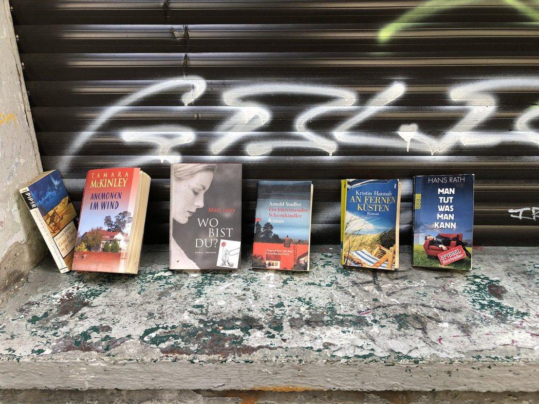 在柏林,大家將不要的東西,放在公寓樓下或門口,寫上「請自取」,品項包羅萬象。 圖...