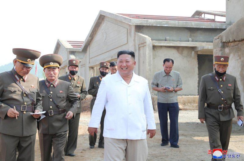 北韓領導人金正恩(前)視察一座正在興建中的新養雞場,稱可為北韓人民的飲食帶來重 大貢獻。路透