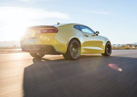 Camaro大黃蜂和賓士C63把馬路當賽道!雙倍超速下場出爐