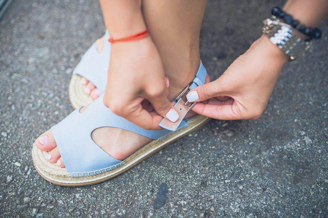 易流汗的人穿涼鞋,因為沒有穿襪子,反而會讓腳板直接踩在腳汗裡,更容易腳臭。圖...
