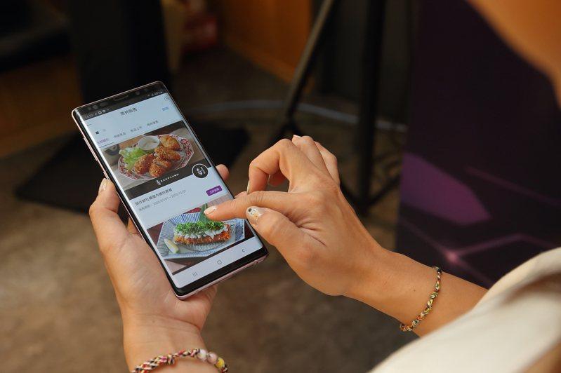 六角美食通APP新推出「訂閱制」及「電子票券預購轉贈」的功能。記者陳睿中/攝影